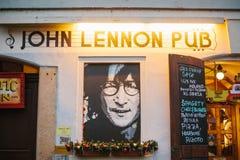 布拉格, 2016年12月14日:布拉格视域  约翰・列侬有音乐家画象的` s与圣诞节的客栈和菜单 免版税库存照片