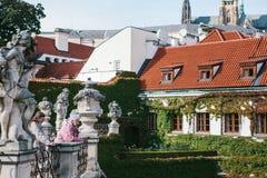 布拉格, 2017年9月18日:年长妇女或朋友、游人或者领抚恤金者,本机看中世纪建筑学 免版税库存图片