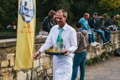 布拉格, 2017年9月23日:庆祝传统德国啤酒节日称慕尼黑啤酒节A友好微笑 免版税库存图片