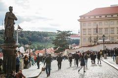 布拉格, 2017年9月18日:普通的城市生活 当地居民和游人是繁忙的与他们的在正方形的事物 库存图片