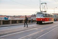 布拉格, 2017年9月23日:电车乘坐在街道下在城市 传统街道公共交通工具 库存照片