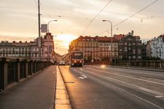 布拉格, 2017年9月23日:电车乘坐在街道下在城市 传统街道公共交通工具 免版税库存照片