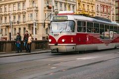 布拉格, 2017年9月23日:电车乘坐在街道下在城市 传统街道公共交通工具 免版税库存图片