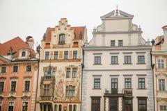 布拉格, 2016年12月13日:美丽的历史建筑门面在大广场的在紧紧站立与其中每一的布拉格 图库摄影