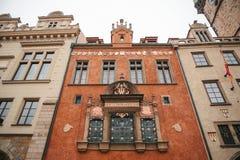 布拉格, 2016年12月13日:美丽的历史的红色大厦顶视图特写镜头在布拉格` s大广场 免版税库存照片