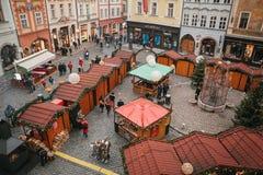 布拉格, 2016年12月13日:老镇中心在布拉格在圣诞节 圣诞节市场在城市的大广场 库存照片