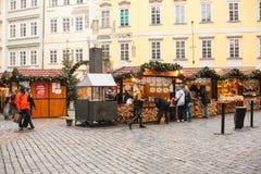 布拉格, 2016年12月13日:老镇中心在布拉格在圣诞节 圣诞节市场在城市的大广场 库存图片