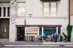 布拉格, 2017年9月18日:街道城市咖啡馆 有一名妇女的一个人桌谈的和预定的食物的 会议  库存照片