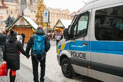 布拉格, 2016年12月24日:警察的存在圣诞节的 警察巡逻城市的街道 库存照片