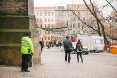 布拉格, 2016年12月24日:警察的存在圣诞节的 警察巡逻城市的街道 免版税库存照片
