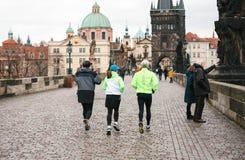 布拉格, 2016年12月24日:运动员安排一个早晨跑在查理大桥的冬天在捷克的布拉格 库存照片