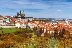 布拉格, Czezh共和国 风景老拖曳的秋天鸟瞰图 库存照片