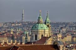 布拉格&圣尼古拉斯教会的屋顶 免版税库存图片