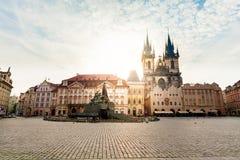 布拉格 圣母玛丽亚的Tyn大教堂日出的 库存照片