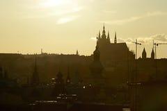 布拉格-塔布拉格城堡城市,在老镇中心,捷克,欧洲附近的剪影和教会 库存图片