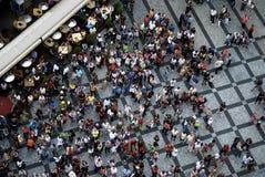 布拉格2009年7月21日-人参观的thePRAGUE 2009年7月21日的航空摄影-参观老的人的航空摄影 免版税库存照片