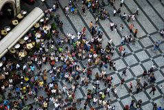 布拉格2009年7月21日-参观老镇中心的人的航空摄影 库存照片