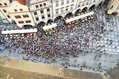 布拉格2009年7月21日-参观老镇中心的人的航空摄影 免版税库存图片