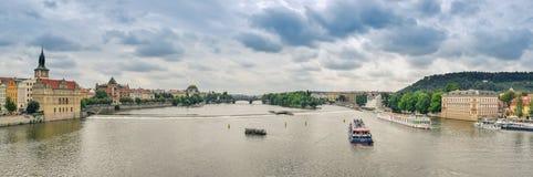 布拉格/捷克- 08 09 2016年:在伏尔塔瓦河河的全景从查尔斯桥梁 免版税库存图片