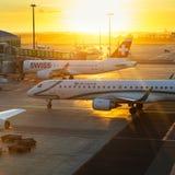 布拉格-2016年8月13日:商业飞机在2016年4月7日,美好的s的上的乘客的瓦茨拉夫Havel机场布拉格 库存图片