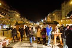 布拉格- 12月07 :人们在圣诞节市场, 201上聚集了 免版税库存照片