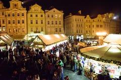 布拉格- 12月07 :人们在圣诞节街市上, 2016年 免版税库存照片