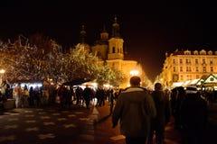 布拉格- 12月07 :人们走沿圣诞节市场的, 2 图库摄影
