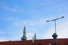 布拉格- 12月07 :在一个塔顶部的金黄十字架与计划 库存图片