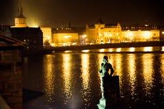 布拉格- 12月07 :在一座桥梁的雕象在ni的河旁边 免版税库存照片