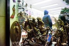 布拉格- 12月07 :在古董的小古铜色骑士雕象 图库摄影