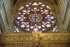布拉格- 12月07 :在圣徒Vitu里面的彩色玻璃圈子 免版税库存照片