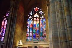 布拉格- 12月07 :在圣徒Vitu里面的污迹玻璃窗 免版税库存照片