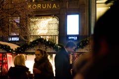 布拉格- 12月07 :在圣诞节街道标记会集的人们 库存照片
