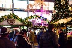布拉格- 12月07 :在圣诞节街道标记会集的人们 库存图片