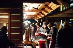布拉格- 12月07 :在圣诞节街道m的人买的食物 库存图片