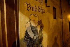 布拉格- 12月07 :在有菩萨图象的一家商店之外签字, 免版税图库摄影