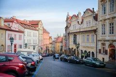 布拉格- 12月07 :在的五颜六色的大厦街道, Decemb 免版税库存图片