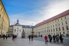 布拉格- 12月07 :在总统cour会集的游人 库存照片