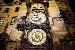 布拉格- 12月07 :天文学时钟在晚上2016年在Pragu 库存图片