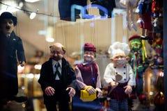 布拉格- 12月07 :存放木偶商店的前面, 12月07日 免版税库存照片