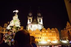 布拉格- 12月07 :宫殿和圣诞树在晚上, 20点燃了 库存照片