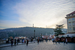 布拉格- 12月07 :小组游人在Pra之外聚集了 库存图片