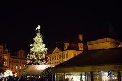 布拉格- 12月07 :巨型圣诞树在街市, 201上 免版税库存照片