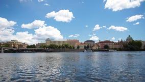 布拉格- 6月6 :时间间隔在2017年6月6日的布拉格运输沿伏尔塔瓦河河的航行在布拉格 股票视频