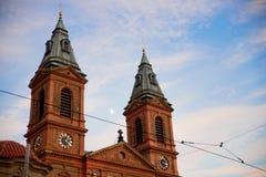 布拉格- 12月07 :有黑色和金时钟的橙色教会, 免版税图库摄影