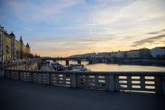 布拉格- 12月07 :河和城市的看法连接了b 免版税库存图片