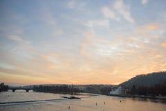 布拉格- 12月07 :河和桥梁在日落期间, 2016年寸 免版税库存照片