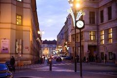 布拉格- 12月07 :用圣诞灯装饰的街道, 2016年在布拉格,捷克 库存照片