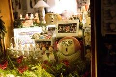 布拉格- 12月07 :窗口与奇怪的玩偶的商店装饰 库存照片