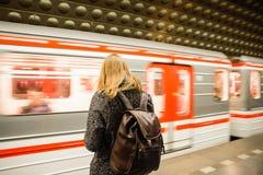 布拉格- 12月07 :等待的妇女上是的地铁 免版税库存照片